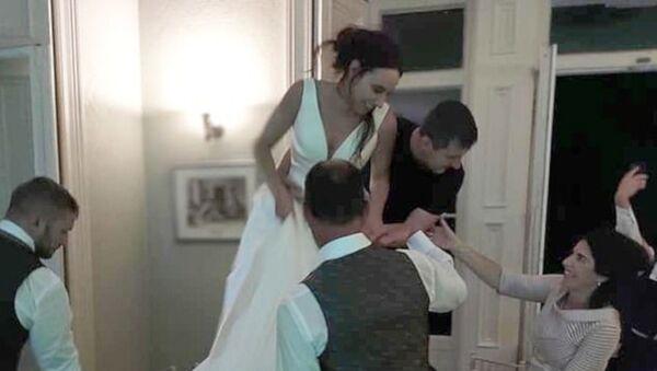 İngiltere'de yeni evli çift, henüz düğün sürerken ayrıldı - Sputnik Türkiye