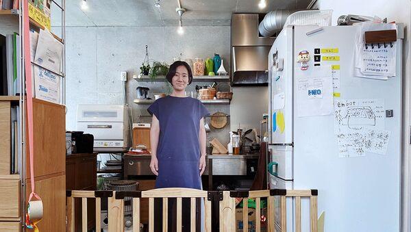 Japon anne, ortalıkta olmadığı zamanlarda bir yaşındaki oğlunu yatıştırmak için kendi gerçek boyutlu karton maketini kullanıyor. - Sputnik Türkiye