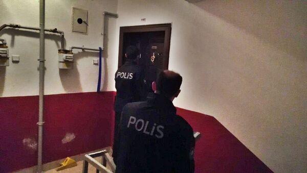 Çorum'da dün akşam aynı mahallede yaşayan Gökhan T. ve Oktay A. evlerinde, kendilerini asarak yaşamlarına son verdi. - Sputnik Türkiye
