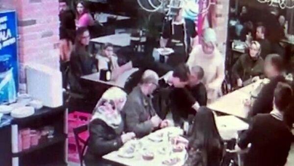 Sakarya'da bebek sandalyesine çarpan garsona saldırı - Sputnik Türkiye