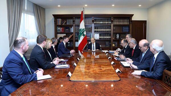 Lübnan Cumhurbaşkanı Mişel Avn (ortada), ABD Dışişleri Bakanlığı Müsteşar Yardımcısı David Hale'i (sol 5) başkent Beyrut'taki Baabda Cumhurbaşkanlığı Sarayı'nda kabul etti. - Sputnik Türkiye