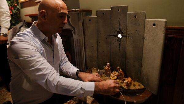 Banksy, Batı Şeria'da Beytüllahim'deki bir otelde, İsa'nın ahırda doğumunu tasvir eden bir eser sergiledi. - Sputnik Türkiye