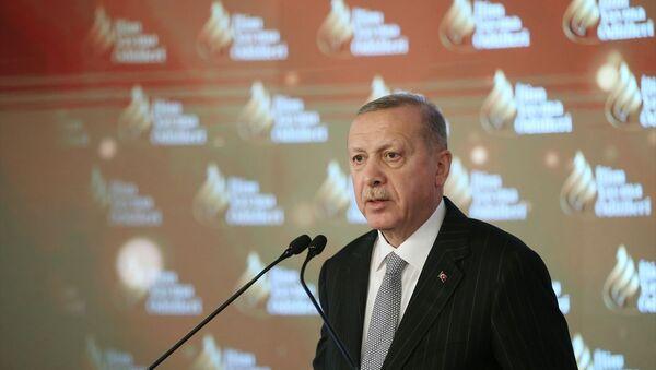 Türkiye Cumhurbaşkanı Recep Tayyip Erdoğan, Dolmabahçe Sarayı'nda düzenlenen İlim Yayma Ödülleri Töreni'ne katılarak konuşma yaptı. - Sputnik Türkiye