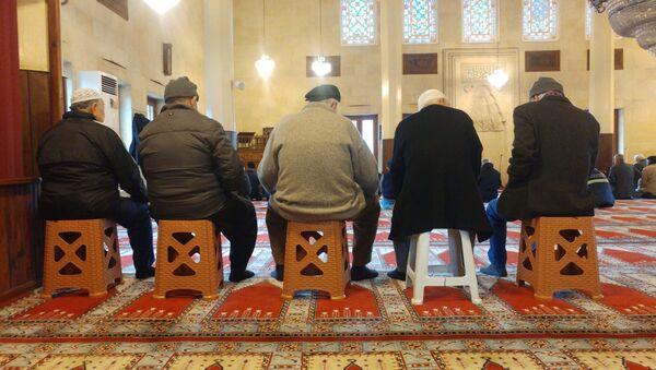 Camilerde tabureli cemaat  - Sputnik Türkiye