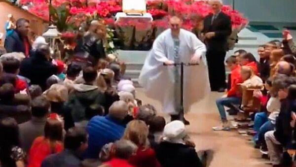 İrlanda'da bir rahip kiliseyi 'scooter'ıyla terk etti - Sputnik Türkiye