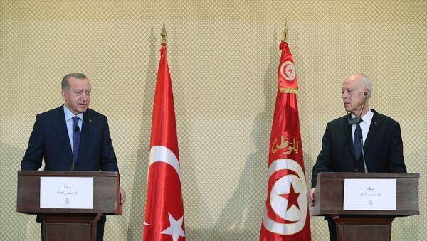 Türkiye Cumhurbaşkanı Recep Tayyip Erdoğan, Tunus Cumhurbaşkanı Kays Said ile görüşmeler sonrası ortak basın toplantısı düzenledi. - Sputnik Türkiye
