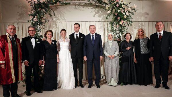 Türkiye Cumhurbaşkanı Recep Tayyip Erdoğan (sağ 2) ve eşi Emine Erdoğan (sağda), Milli Savunma Bakanı Hulusi Akar'ın oğlu Selim Akar (sol 2) ve Melis Kahya (solda) çiftinin nikah törenine katıldı. - Sputnik Türkiye