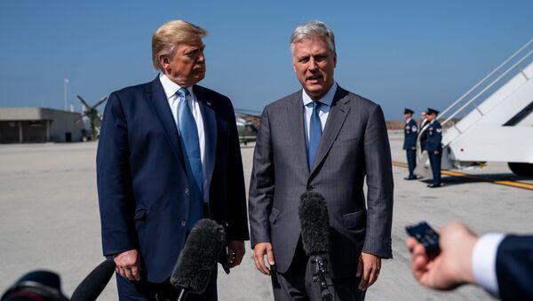 ABD Başkanı Donald Trump, Ulusal Güvenlik DanışmanıRobert C. O'Brien ile basının karşısında - Sputnik Türkiye