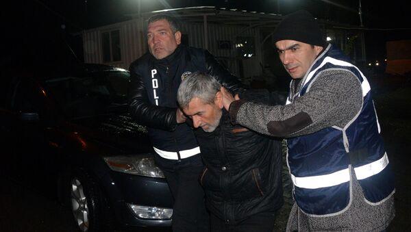Kahramanmaraş'ın Andırın ilçesinde, 5 ayrı suçtan 27 yıl hapisle aranan ve marketten hırsızlığa teşebbüs eden Adem B., çarşıda gezerken polis tarafından yakalandı. - Sputnik Türkiye