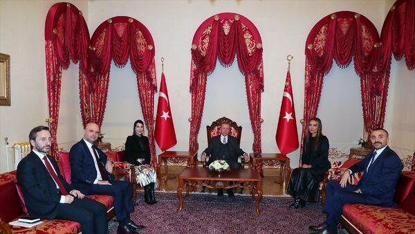 Türkiye Cumhurbaşkanı Recep Tayyip Erdoğan, sanatçılar Hande Yener ve Demet Akalın'ı kabul etti. Kabulde, İletişim Başkanı Fahrettin Altun da hazır bulundu. - Sputnik Türkiye