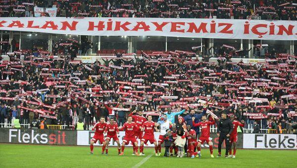 Demir Grup Sivasspor futbolcuları, Göztepe'yi 1-0 mağlup ederek sezonun ilk yarısını lider bitirmesini taraftarlarla birlikte kutladı. - Sputnik Türkiye
