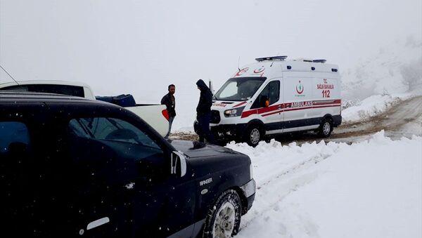 Malatya'da yoğun kar yağışı nedeniyle kırsaldaki 29 yerleşim biriminin yolu kapandı. - Sputnik Türkiye