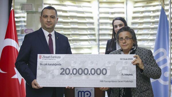 Milli Piyangonun yılbaşı özel çekilişinde çeyrek bilete isabet eden 80 milyon liralık büyük ikramiyeyi kazanan 4 talihliden 2'si ortaya çıktı. Milli Piyango İdaresinin 31 Aralık yılbaşı özel çekilişinde 80 milyon liralık büyük ikramiye, 1358490 numaralı çeyrek bilete isabet etmişti. Büyük ikramiyeye ait numaraların bulunduğu biletin sevk merkezleri İzmir, Gaziantep, Bursa ve İstanbul olarak açıklandı. Milli Piyango İdaresi İkramiye, Kontrol ve Çekilişler Daire Başkanı Ayşe Bulduk (sağda), konuyla ilgili değerlendirmelerde bulundu. Buduk, daha sonra sembolik çeki banka yetkilisine sundu. - Sputnik Türkiye