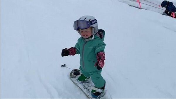 Bir yaşında snowboard yapan kız - Sputnik Türkiye