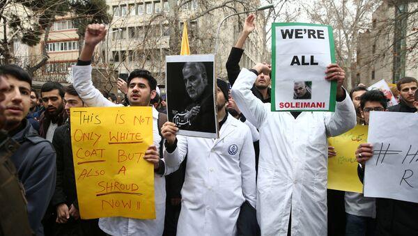 İran Devrim Muhafızları Kudüs Gücü Komutanı General Kasım Süleymani'nin öldürülmesini protesto eden İranlı nükleer bilim öğrencileri - Sputnik Türkiye