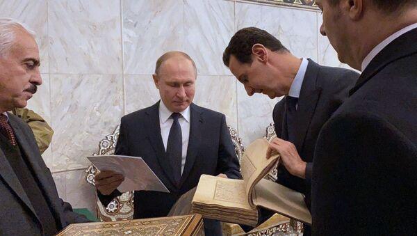 Putin ile Esad Şam'daki Emevi Camii'ni ziyaret ederken - Sputnik Türkiye