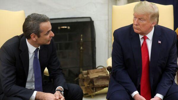 U.S. President Donald Trump meetS with Greek Prime Minister Kyriakos Mitsotakis (Miçotakis) in the Oval Office of the White House in Washington, U.S., January 7, 2020. REUTERS/Jonathan Ernst - Sputnik Türkiye