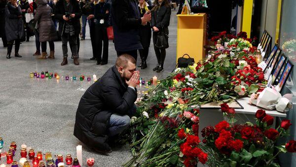 İran'ın başkenti Tahran'da düşen Ukrayna Havayolları'na ait Boeing 737 tipi yolcu uçağında yakınları bulunanlar  oluşturulan taziye alanında dua etti. - Sputnik Türkiye