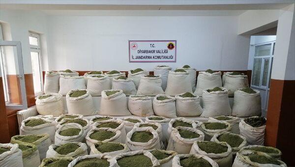 Diyarbakır'ın Lice ilçesi kırsalında düzenlenen operasyonda 2 ton 80 kilogram esrar ele geçirildi, tespit edilen 2 kış sığınağı ve 30 kilogram amonyum nitrat ile hazırlanan el yapımı patlayıcı düzeneği imha edildi. - Sputnik Türkiye