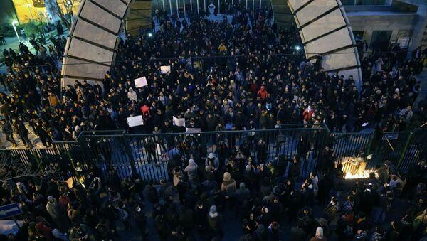 Başkentteki Emir Kebir Üniversitesinin önünde İran'ın düşürdüğü Ukrayna Havayollarına ait yolcu uçağında hayatını kaybedenler için düzenlenen gösteride hükümet karşıtı sloganlar atıldı. - Sputnik Türkiye