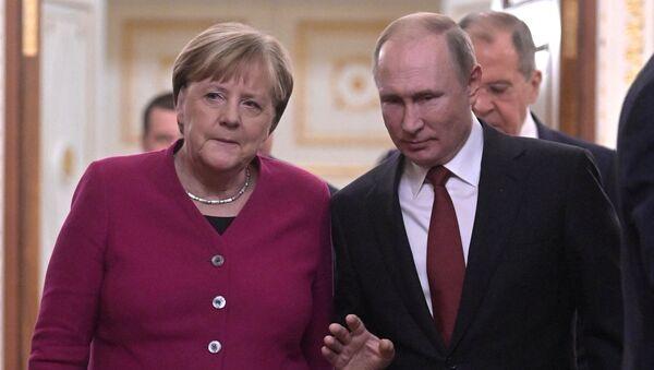 Rusya lideri Vladimir Putin, davetlisi olarak bugün Moskova'ya gelen Almanya Başbakanı Angela Merkel ile bir araya geldi. - Sputnik Türkiye