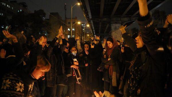İran'ın başkenti Tahran'da düşürülen uçakta hayatını kaybedenler için düzenlenen anma, hükümet karşıtı gösteriye dönüştü - Sputnik Türkiye