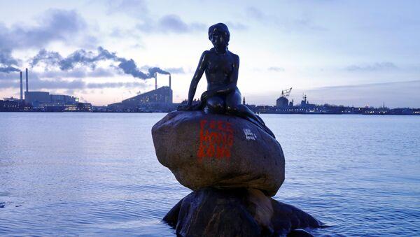 Danimarka'nın başkenti Kopenhag'da şehrin simgesi olarak kabul edilen ünlü Küçük Deniz Kızı heykelinin üzerine kimliği belirsiz kişiler tarafından 'Özgür Hong Kong' sloganı yazıldı.  - Sputnik Türkiye