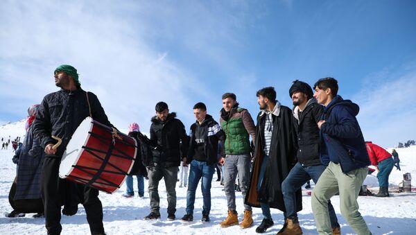 Karacadağ'da, davul-zurnalı kayak sezonu açılışı - Sputnik Türkiye