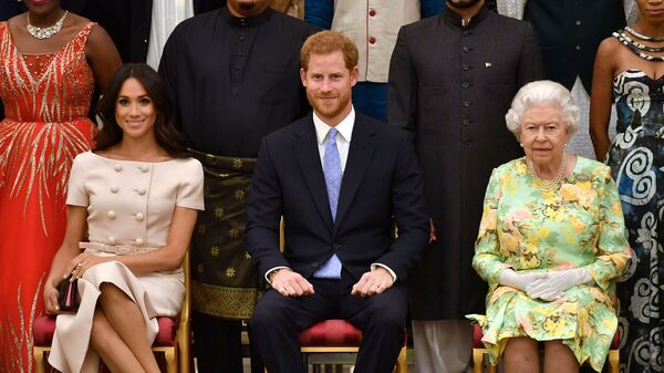 FILE PHOTO: Britain's Queen Elizabeth, Prince Harry and Meghan, the Duchess of Sussex, pose for a picture at in London, Britain June 26, 2018. John Stillwell/Pool via Reuters/File Photo - Sputnik Türkiye