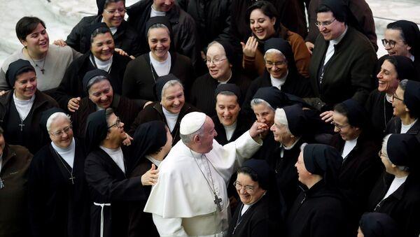 Papa 1. Francis,Vatikan'da haftalık dini toplanmada rahibelerle selamlaşırken (15 Ocak 2020) - Sputnik Türkiye