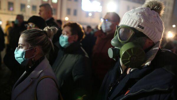 Bosna'nın Tuzla kentinde gaz maskeli göstericilerden hava kirliliği protestosu - Sputnik Türkiye