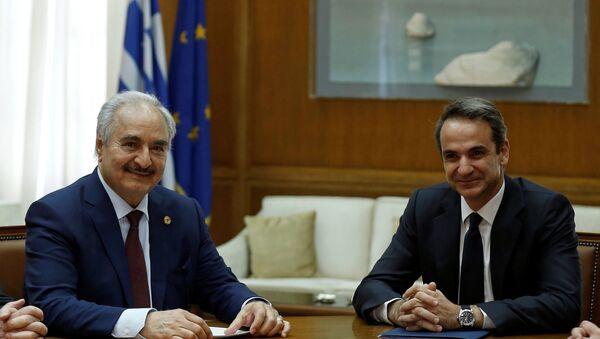 Yunan Başbakanı Kiryakos Miçotakis, LUO Komutanı Halife Hafter'i parlamentodaki makamında kabul etti. (17 Ocak 2020) - Sputnik Türkiye