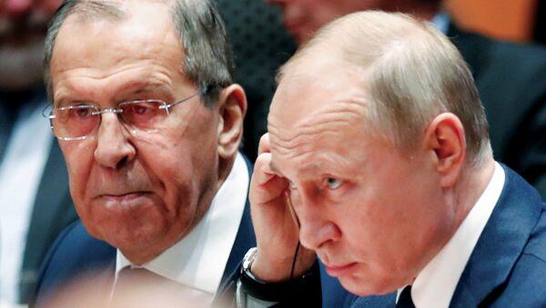 Rusya Dışişleri Bakanı Sergey Lavrov ve Rusya Devlet Başkanı Vladimir Putin, Berlin'de düzenlenen Libya Konferansı'nda - Sputnik Türkiye