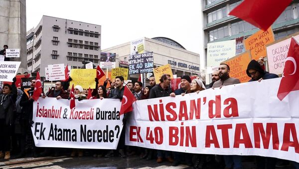 Türk Eğitim-Sen ve Eğitim Bir-Sen öncülüğünde, Türkiye'nin birçok ilinden gelerek Ankara Ulus'taki Atatürk heykeli önünde toplanan bir grup atama bekleyen öğretmen, şubat ayında atanacak öğretmen sayısına 40 bin kadro ilave edilmesini talep etti. - Sputnik Türkiye