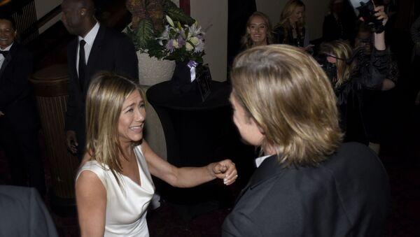 2005 yılında boşanan Hollywood'un en ünlü çiftlerinden biri olan Jennifer Aniston ve Brad Pitt,  dün akşam gerçekleştirilen SAG Ödülleri'nde ayrılık sonrası ilk kez aynı karede görüntülendi.  - Sputnik Türkiye