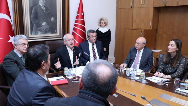 CHP Genel Başkanı Kemal Kılıçdaroğlu, Kombassan Holding mağdurlarını TBMM'de kabul ederek, bir süre görüştü.  - Sputnik Türkiye