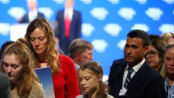 Davos'taki 50. Dünya Ekonomik Forumu'nda ABD Başkanı Donald Trump'ın konuşmasını dinleyen Greta Thunberg salondan ayrılırken - Sputnik Türkiye