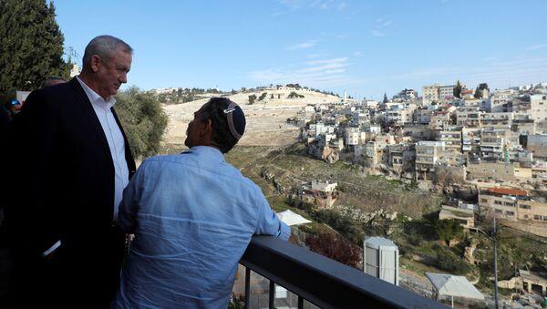Mavi-Beyaz İttifakı lideri Benny Gantz (solda) Doğu Kudüs turu sırasında Silvan'da 'Davut Kenti' denilen bölgeye uzaktan bakarken - Sputnik Türkiye