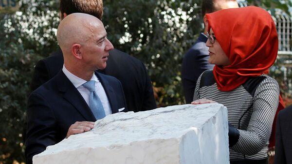 Amazon'un sahibi  Jeff Bezos ile Cemal Kaşıkçı'nın nişanlısı Hatice Cengiz cinayetin birinci yıldönümünde İstanbul'daki anma töreninde (2 Ekim 2019) - Sputnik Türkiye