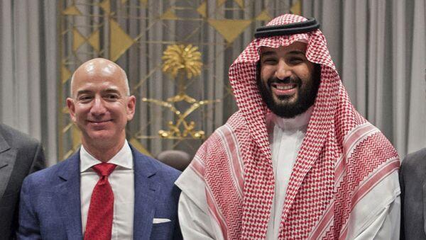 Amazon CEO'su Jeff Bezos, 2016'daki Riyad ziyaretinde Suudi Veliaht Prensi Muhammed bin Selman ile birlikte - Sputnik Türkiye