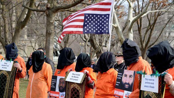 Beyaz Saray önünde 18 yıl önce açılan Guantanamo esir kampının kapatılması ve işkencenin hesabının verilmesi için düzenlenen protesto gösterisi, 11 Ocak 2020 - Sputnik Türkiye
