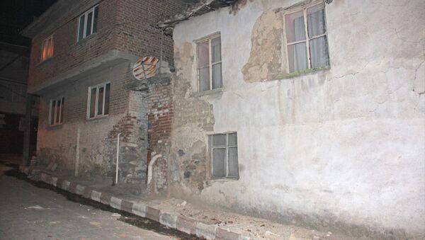 Manisa'nın Akhisar İlçesinde Meydana gelen 5.4 Büyüklüğündeki depremde, Kırkağaç ilçesine bağlı İlyaslar mahallesindeki bazı evler zarar gördü. - Sputnik Türkiye
