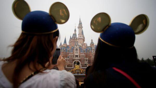 Büyük kalabalıkların toplanmasını engellemeye çalışan çinli yetkililer, Disneyland'ı da kapattı. - Sputnik Türkiye