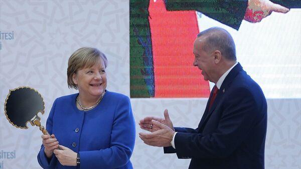 Erdoğan'ın hediyeleri Merkel'i mutlu etti. - Sputnik Türkiye