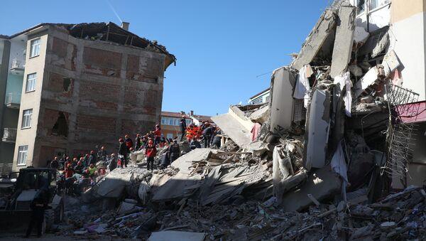 Elazığ'da meydana gelen depremin ardından enkazlarda mahsur kalan kişilerin kurtarılması için çalışmalar devam ediyor - Sputnik Türkiye