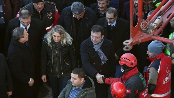 İBB Başkanı Ekrem İmamoğlu, eşi Dilek İmamoğlu ile birlikte, depremin vurduğu Elazığ'da incelemelerde bulundu. - Sputnik Türkiye