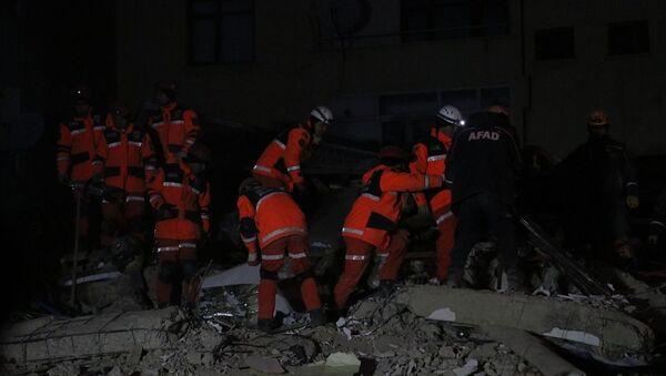 Elazığ'da meydana gelen depremde Mustafa Paşa Mahallesi'nde çöken binalarda arama kurtarma çalışmaları devam ediyor. - Sputnik Türkiye