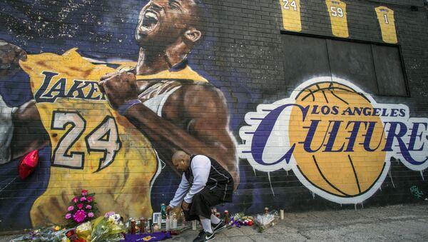 Hayranları, Los Angeles'ta Kobe Bryant'ın resminin olduğu duvar önüne çiçek bıraktı. - Sputnik Türkiye