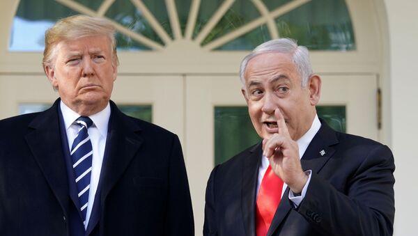 Donald Trump ile Benyamin Netanyahu Beyaz Saray'daki Oval Ofis'in dış kapısında şakalaşırken - Sputnik Türkiye