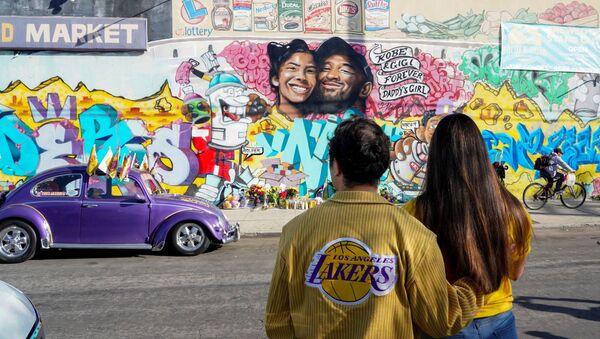 Kobe Bryant'ın helikopter kazasında yaşamını yitirmesinin ardından Los Angeles'ta bir hatıra duvarı oluşturuldu. - Sputnik Türkiye